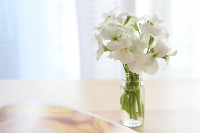 テーブルに花を飾る